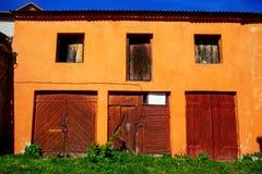 Puerta de madera vieja, roja Foto de archivo libre de regalías