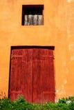 Puerta de madera vieja, roja Foto de archivo