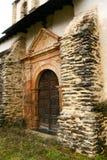 Puerta de madera vieja de una iglesia del pueblo imágenes de archivo libres de regalías