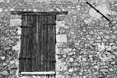 Puerta de madera y pared rocosa Imagenes de archivo