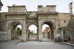 Puerta de Mazeusa y de Mithridates en Ephesus. Foto de archivo