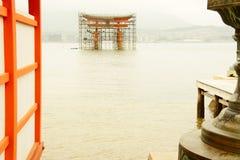 Puerta de Miyajima bajo construcción Imagen de archivo libre de regalías