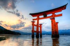 Puerta de Miyajima en la puesta del sol imágenes de archivo libres de regalías