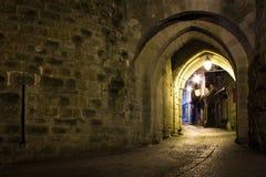 Puerta de Narbona en la noche Carcasona francia foto de archivo