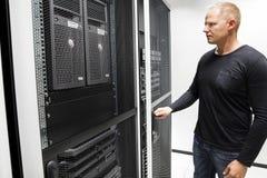 Puerta de Opening Server Rack del técnico en centro de datos Imágenes de archivo libres de regalías