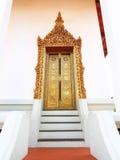 Puerta de oro antigua tailandesa de la pintura en el templo Imagen de archivo