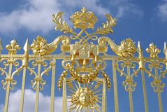 Puerta de oro contra el cielo azul Fotografía de archivo