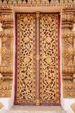 Puerta de oro del templo tailandés hermoso. Fotos de archivo