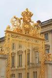 Puerta de oro en el castillo francés de Versalles imágenes de archivo libres de regalías