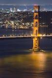 Puerta de oro en la noche fotografía de archivo