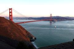 Puerta de oro en la puesta del sol fotografía de archivo