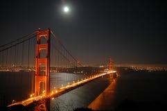 Puerta de oro por noche. Imagenes de archivo