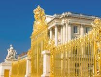 Puerta de oro y fachada del palacio en Versalles Foto de archivo libre de regalías