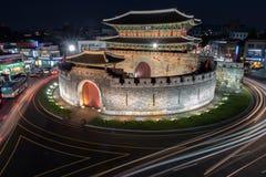 Puerta de Paldalmun en la noche en Suwon Imágenes de archivo libres de regalías