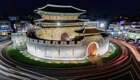 Puerta de Paldalmun en la noche en Suwon Foto de archivo libre de regalías