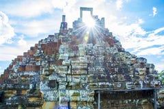 Puerta de piedra antigua en el sol Templo de Baphuon Angkor Wat camboya Fotografía de archivo