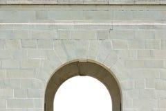 Puerta de piedra blanca aislada del arco con la textura de la piedra Fotografía de archivo