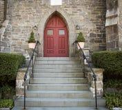 Puerta de piedra del rojo de la iglesia imagenes de archivo