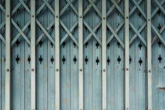 Puerta de plegamiento de aluminio vieja Imagenes de archivo