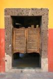 Puerta de plegamiento en salón viejo imagenes de archivo