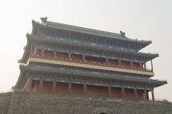 Puerta de Qianmen Zhengyangmen del zenit Sun en pared histórica de la ciudad de Pekín Imágenes de archivo libres de regalías