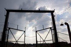 Puerta de salida y cerca del alambre de púas. Campo de Auschwitz Foto de archivo libre de regalías