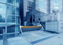 Puerta de seguridad del garage del edificio de oficinas imagen de archivo