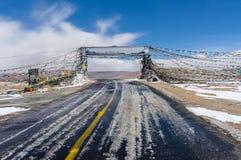 Puerta de Tíbet con la bandera del rezo Imágenes de archivo libres de regalías
