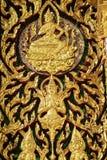 Puerta de talla de madera adornada con el vitral en el templo Imagen de archivo