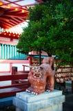 Puerta de Torii contra luz del sol en la capilla de Naminoue, Naha, Okinawa fotografía de archivo libre de regalías