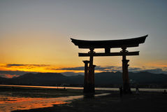Puerta de Torii de un templo durante oscuridad Fotografía de archivo