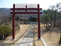 Puerta de Torii en un parque en Corea del Sur Imágenes de archivo libres de regalías