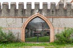 Puerta de un castillo medieval viejo Fotografía de archivo libre de regalías
