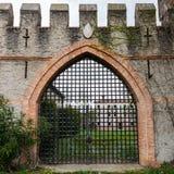Puerta de un castillo medieval viejo Foto de archivo