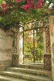 Puerta de un chalet viejo Foto de archivo libre de regalías