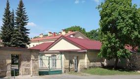 Puerta de un patio trasero y de construcciones económicas Imágenes de archivo libres de regalías