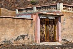 Puerta de una casa árabe vieja en las montañas foto de archivo libre de regalías