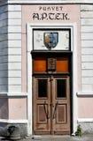 Puerta de una farmacia vieja en el parnu, Estonia foto de archivo