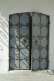 Puerta de una iglesia con el ornamento Imagenes de archivo