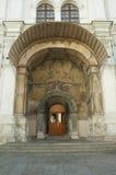Puerta de una iglesia con el ornamento Foto de archivo
