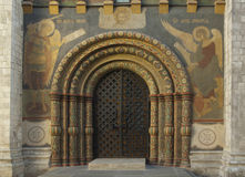 Puerta de una iglesia con el ornamento Imágenes de archivo libres de regalías
