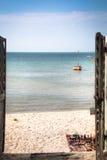 Puerta de una pensión en Vilanculos con la opinión del mar Imagen de archivo libre de regalías