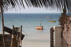 Puerta de una pensión en Vilanculos con la opinión del mar Foto de archivo libre de regalías