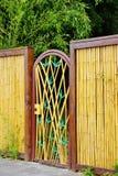 Puerta decorativa en la cerca de bambú Imágenes de archivo libres de regalías