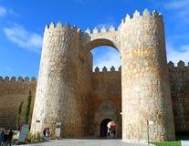 Puerta del Alcazar, la porte médiévale de ville d'Avila image stock