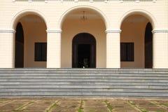 Puerta del arco del palacio europeo moderno imagen de archivo libre de regalías