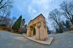 Puerta del beso Es una escultura de piedra hecha por Constantin Brancusi Fotos de archivo