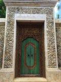 Puerta del chalet de Bali fotografía de archivo libre de regalías