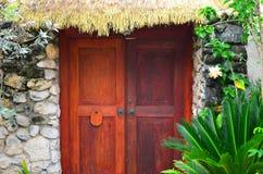 Puerta del chalet, tejado cubierto con paja, Rarotonga, cocinero Islands Imágenes de archivo libres de regalías