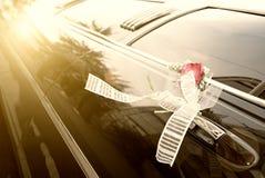 Puerta del coche negro de la boda con la flor Imagenes de archivo